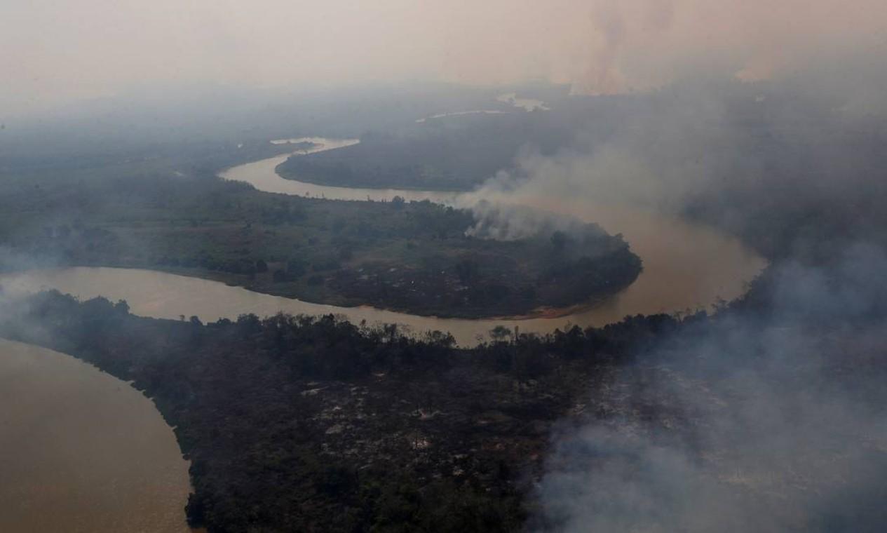 Uma vista aérea mostra a fumaça subindo ao redor do rio Cuiabá, no Pantanal, em Pocone, Mato Grosso. Número de incêncios no bioma, em relação ao ano passado, saltou de 4.660 para 14.489 no período entre 1º de janeiro e 12 de setembro Foto: AMANDA PEROBELLI / REUTERS - 28/08/2020