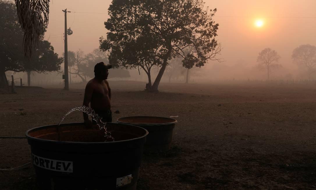 Funcionário de uma fazenda Um vê a fumaça de um incêndio subindo no ar no Pantanal. Incêndios que atingem a região há dois meses são os maiores da história Foto: AMANDA PEROBELLI / REUTERS