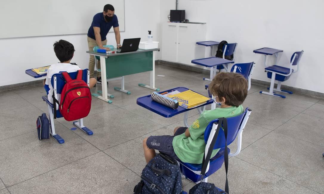 Na Escola Nova, na Gávea, professor se divide entre aula on-line e presencial após permissão para a volta às salas Foto: Márcia Foletto / Agência O Globo