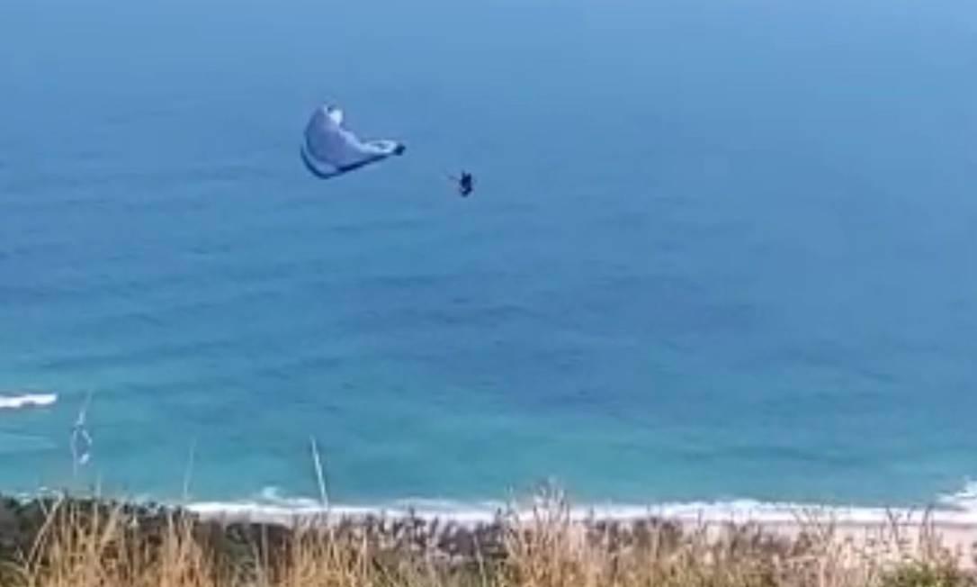 Homem caiu de parapente após pular do Morro do Rangel, na Zona Oeste do Rio Foto: Reprodução