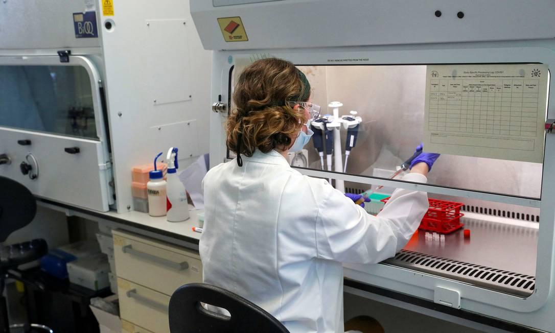 Cientista trabalha em laboratório em que está sendo desenvolvida a vacina contra a Covid-19 Foto: POOL New / REUTERS