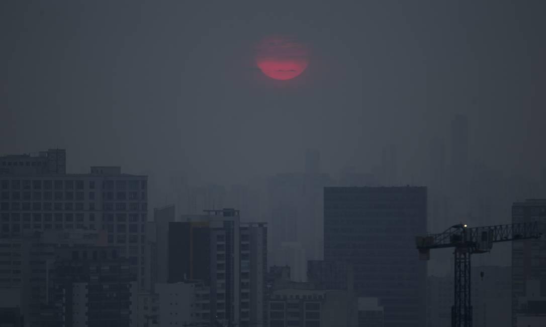 Nascer do sol avermelhado em São Paulo no último sábado, efeito da fumaça na cidade Foto: Edilson Dantas / Edilson Dantas