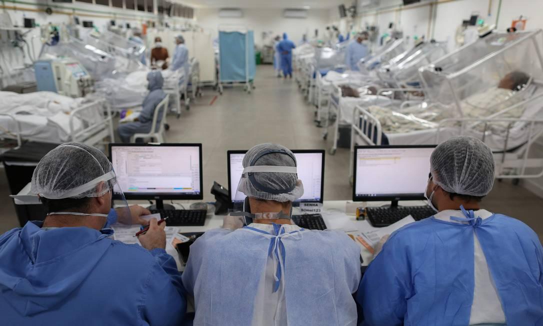 Profissionais de saúde monitoram pacientes internados na UTI com Covid-19 no Hospital Gilberto Novaes, em Manaus. Foto: MICHAEL DANTAS 20-05-2020 / AFP