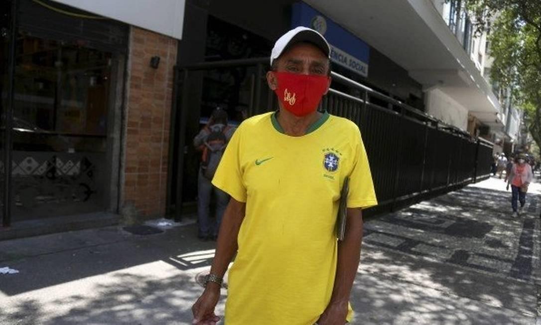 Raimundo Pereira foi à agência em Copacabana, mas estava fechada Foto: Fabiano Rocha/Agência O Globo