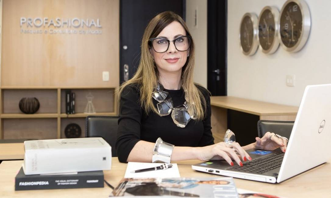A especialista em moda e comportamento Paula Acioli Foto: Camila Uchoa