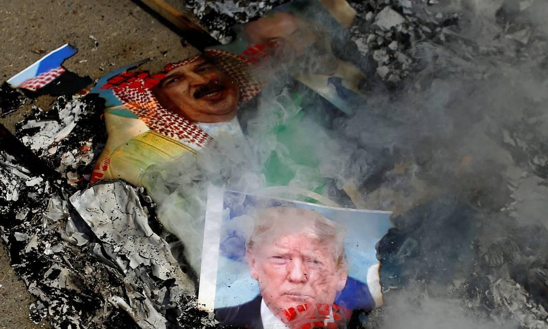 Imagens que retratam o presidente dos EUA Donald Trump, o rei do Bahrein Hamad bin Isa Al Khalifa e o primeiro-ministro israelense Benjamin Netanyahu são queimadas por palestinos durante um protesto contra os Emirados Árabes Unidos e o acordo do Bahrein com Israel para normalizar as relações, na Cidade de Gaza Foto: MOHAMMED SALEM / REUTERS