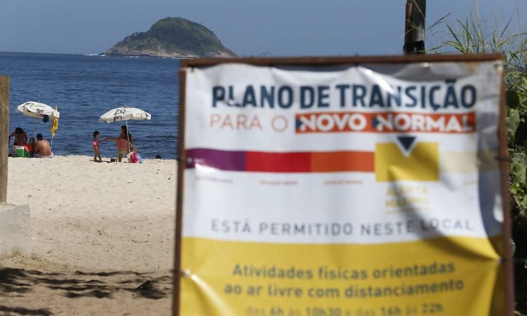 Banhistas na praia de Itaipu: banho de sol continua proibido na cidade Foto: Fabiano Rocha/03-09-2020 / Agência O Globo