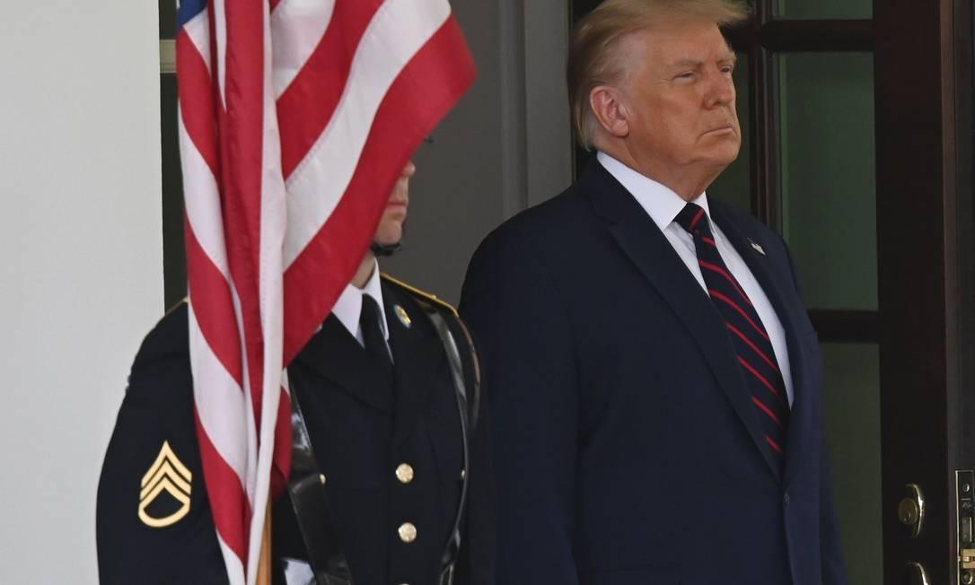 Donald Trump aguarda a chegada do chanceler dos Emirados Árabes Unidos, pouco antes da cerimônia de assinatura dos acordos de normalização de relações com Israel, na Casa Branca Foto: ANDREW CABALLERO-REYNOLDS / AFP
