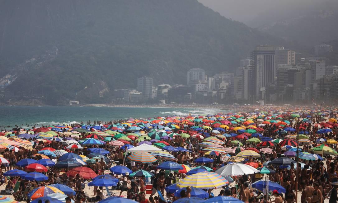 Praia de Ipanema, na Zona Sul do Rio, lotada no último domingo (13): apesar de estabilização, Covid-19 ainda não foi controlada no país, indica Imperial College Foto: PILAR OLIVARES / REUTERS
