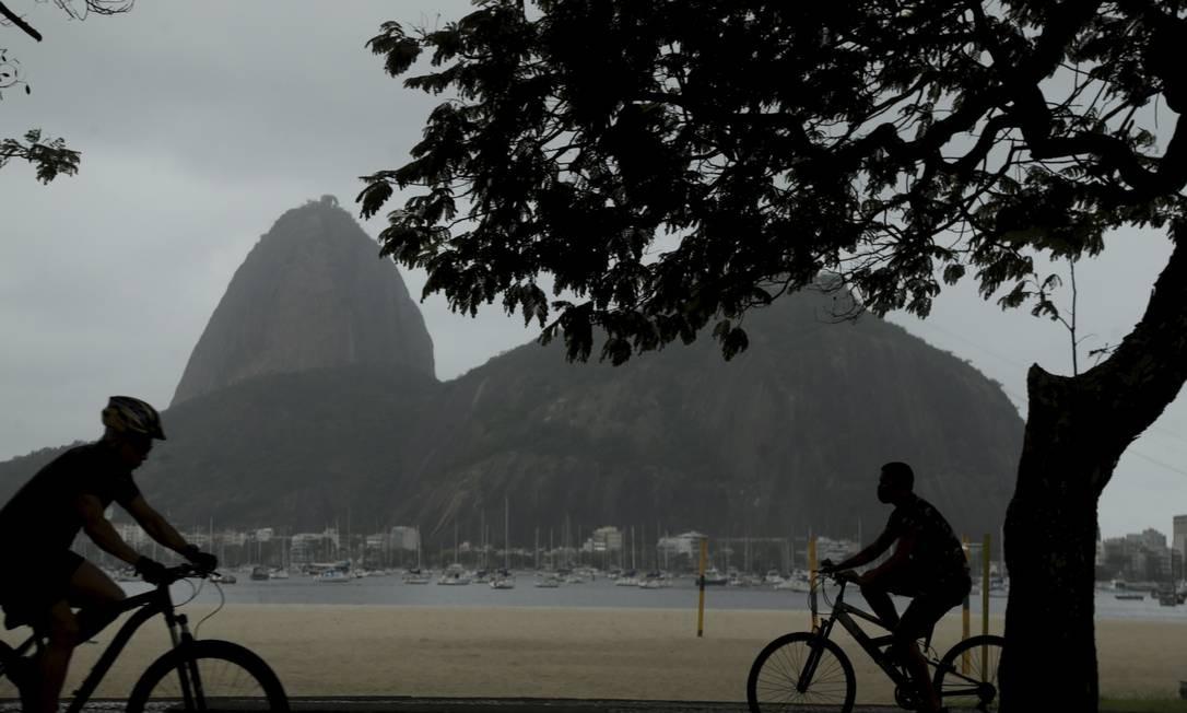 Frente fria muda a paisagem no Rio nesta terça-feira, após fim de semana com praias cheias, aglomeração e desrespeito às regras de distanciamento Foto: Antonio Scorza / Agência O Globo