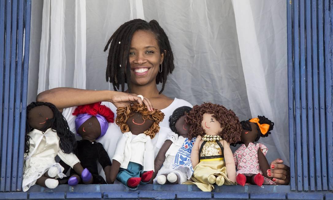 Jaciana Melquiades. Ela faz bonecas de pano focadas em representatividade de criancas negras Foto: Ana Branco / Agência O Globo