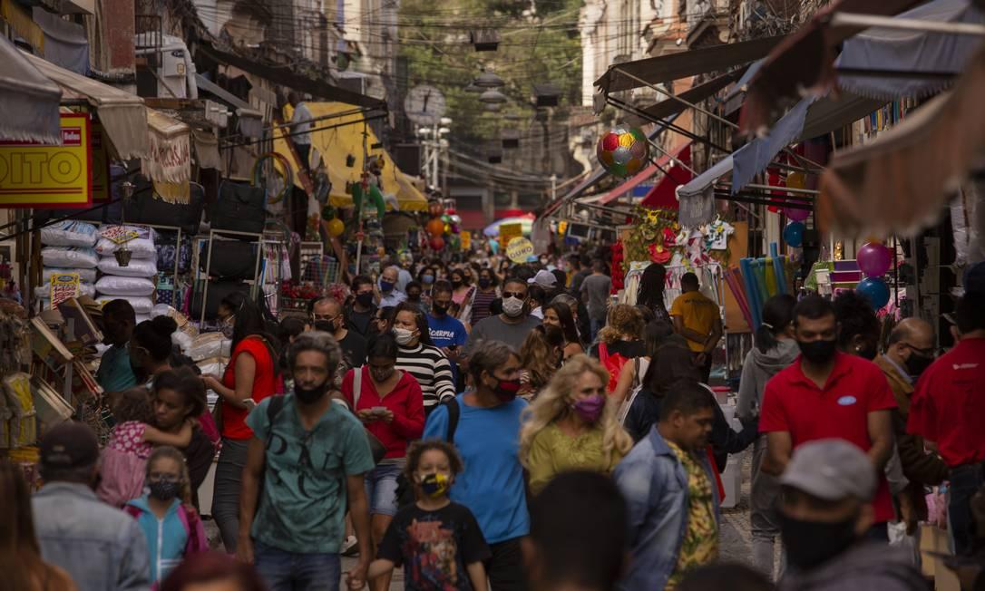 Movimentação de pedestres na Rua da Alfândega, no Centro do Rio, no fim de agosto Foto: Gabriel Monteiro / Agência O Globo