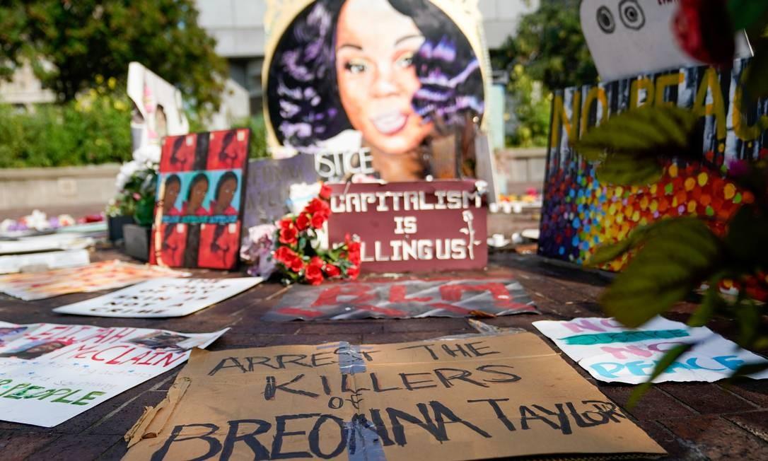Placas usadas durante protestos e comícios são reunidas em torno de um memorial para Breonna Taylor em Louisville, Kentucky Foto: BRYAN WOOLSTON / REUTERS/10-09-2020