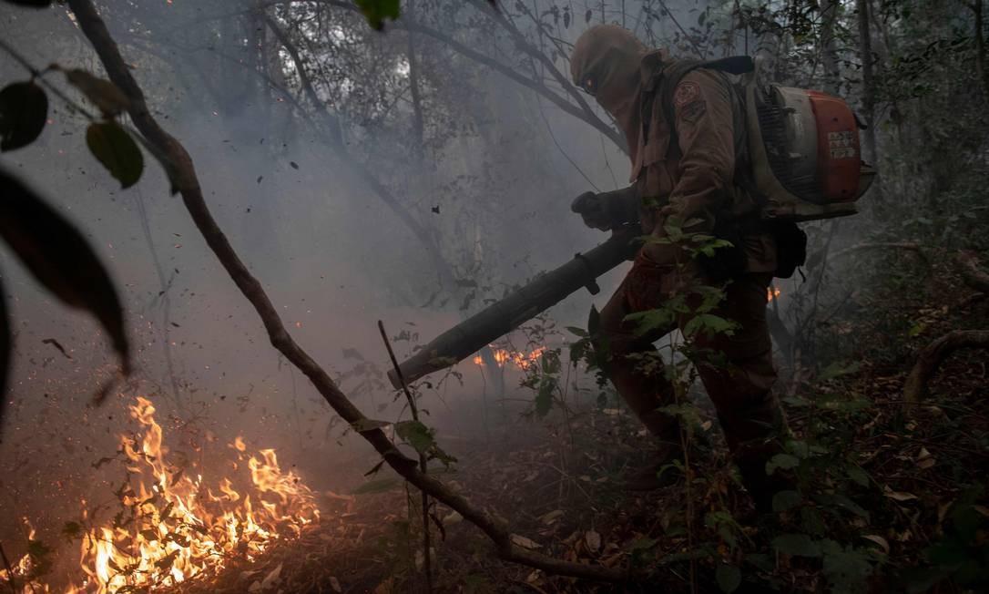 Bombeiros do Mato Grosso trabalham para apagar um incêndio florestal na região de Porto Jofre, no Pantanal próximo à rodovia Parque da Transpantaneira Foto: MAURO PIMENTEL / AFP