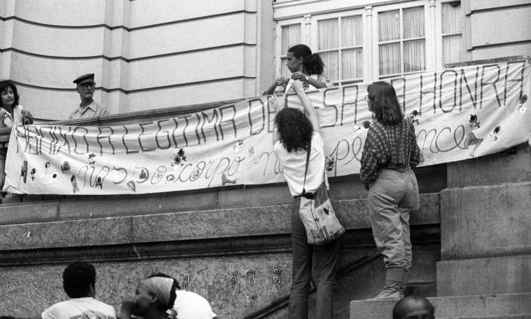 Rio de Janeiro (RJ) - 04/11/1981 - Movimento feminista pede a condenação de Doca Street, pendurando faixas de protesto em frente à Câmara dos Vereadores na Cinelândia Foto: Arquivo O Globo / Agência O Globo