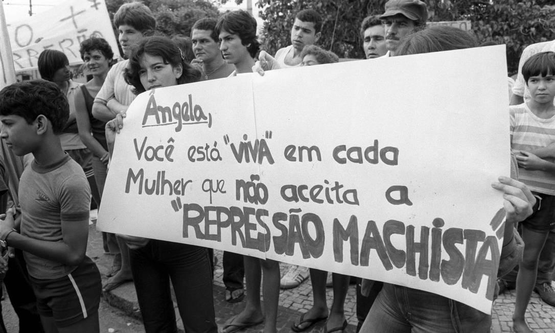 Cabo Frio (RJ) - 05/11/1981 - 'Ângela, você está viva em cada mulher que não aceita a repressão machista', diz um cartaz em protesto de mulheres contra o assassino Doca Street no dia do seu segundo julgamento, em novembro de 1981, em Cabo Frio Foto: Jorge Marinho / Agência O Globo (05/11/1981)