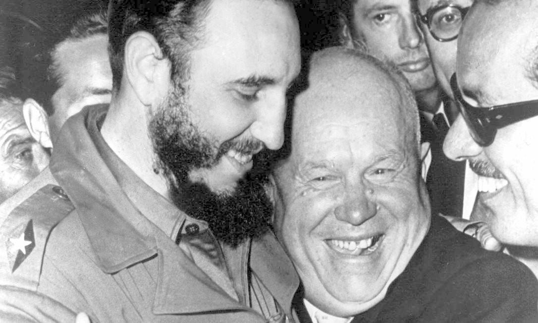 Fidel Castro (à esquerda) e o líder soviético Nikita Krushchev se abraçam durante a Assembleia Geral da ONU no final dos anos 1960 Foto: Marty Lederhandler / AP Photo/Marty Lederhandler