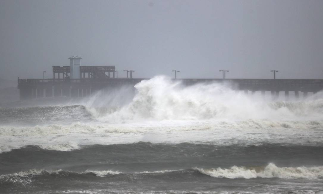 Com a chegada do furacão Sally, ondas atingem desde cedo a costa do Alabama, nos EUA Foto: JOE RAEDLE / AFP