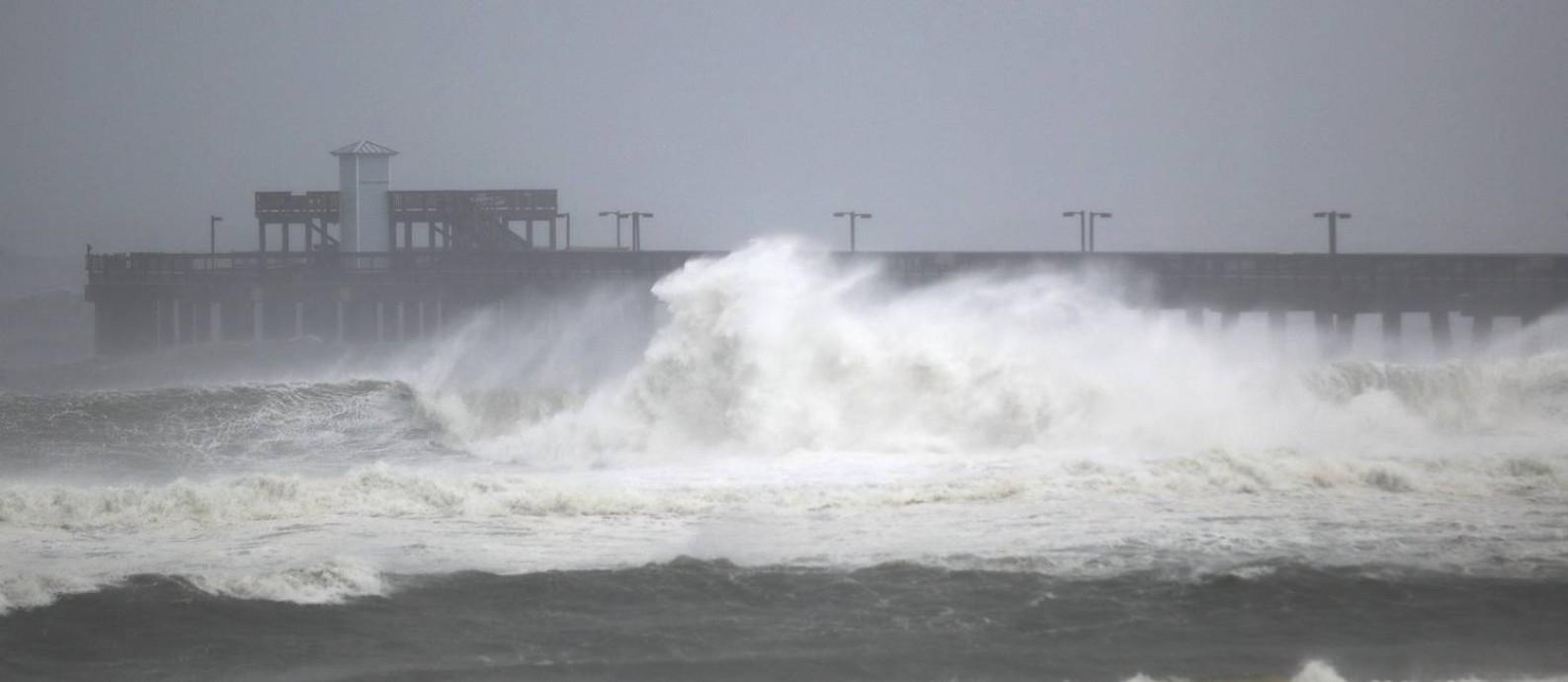 Ondas trazidas pelo furacão Sally já atingem a costa do Alabama, nos EUA Foto: JOE RAEDLE / AFP
