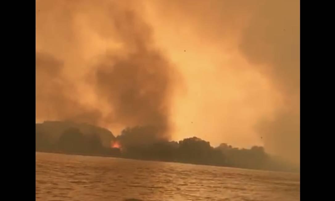 Área na cidade de Cáceres (MT), cortada pelo Rio Paraguai, foi tomada por queimadas Foto: Reprodução