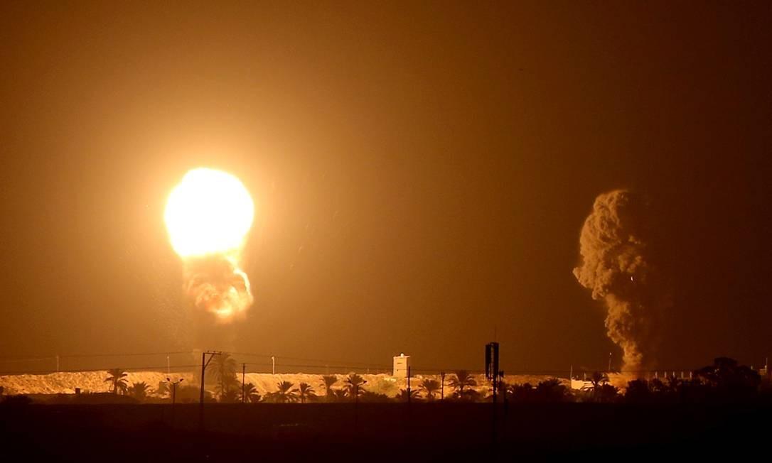 Israel bombardeia sul da Faixa de Gaza, depois de militantes palestinos dispararem foguetes contra o Estado judaico, que assinou polêmico acordo diplomático com Emirados Árabes Unidos e Bahrein Foto: IBRAHEEM ABU MUSTAFA / REUTERS