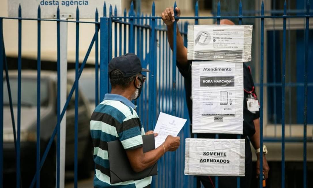 Apesar da reabertura parcial, os segurados não conseguem atendimento e terão que reagendar a ida ao posto do INSS Foto: Hermes de Paula - Agência O Globo