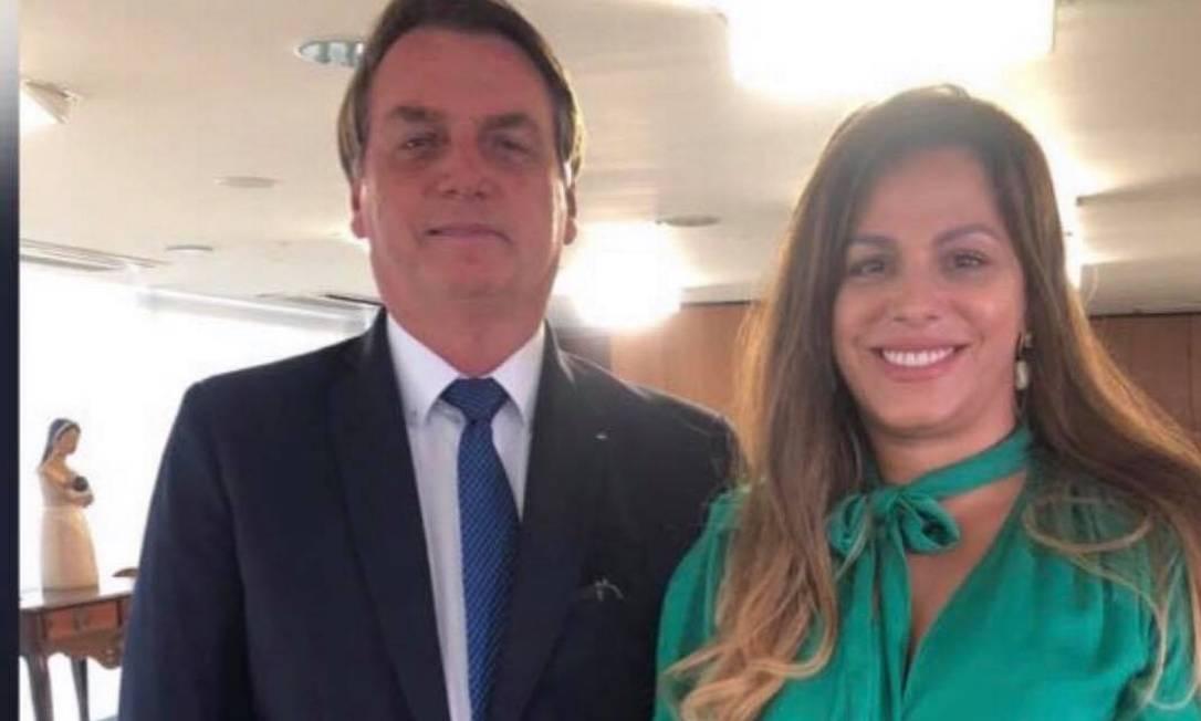 A dentista Edianne Abreu, nova coordenadora-geral do Centro Técnico do Audiovisual, posa com Jair Bolsonaro em foto publicada em dezembro de 2019 Foto: Reprodução / Facebook