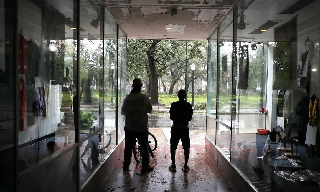 Pessoas se abrigam em uma galeria enquanto os ventos e a chuva do furacão Sally passam por Mobile, Alabama Foto: JOE RAEDLE / AFP