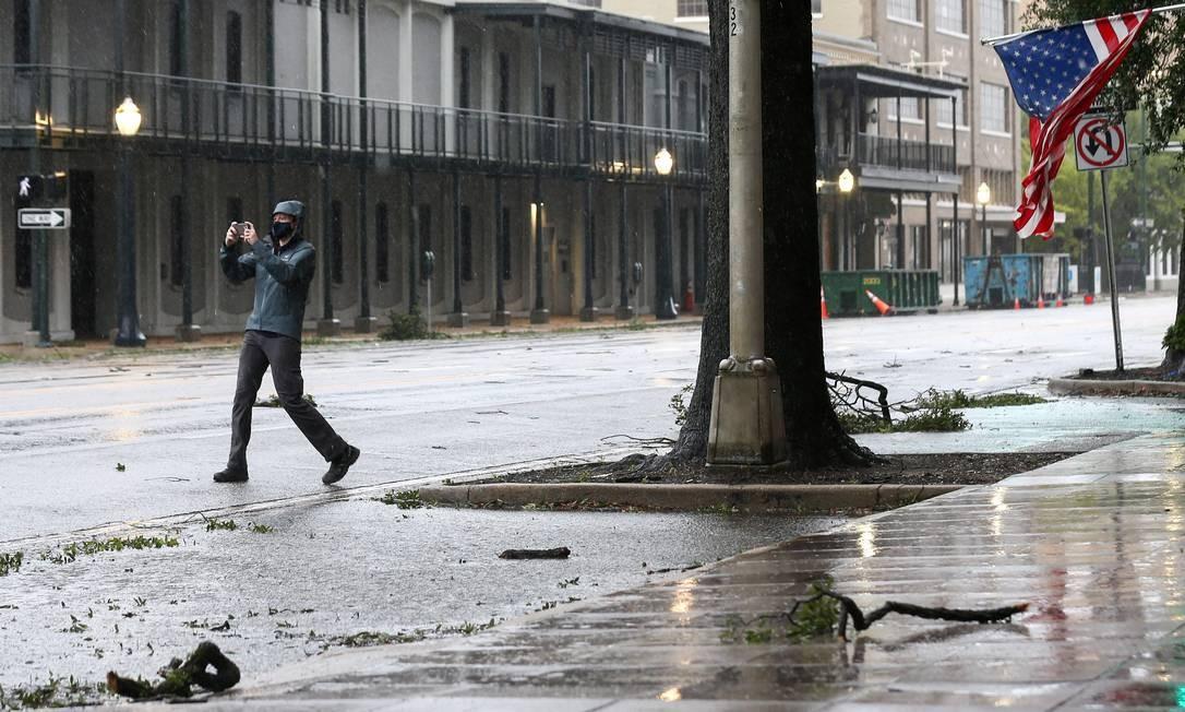 Homem tira foto durante o furacão Sally em Mobile, Alabama Foto: JONATHAN BACHMAN / REUTERS