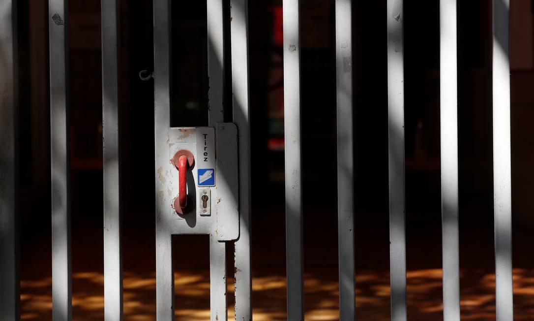 Portão de uma escola na França fechado após o registro de casos de Covid-19 dentro das unidades de ensino Foto: Gonzalo Fuentes / Reuters