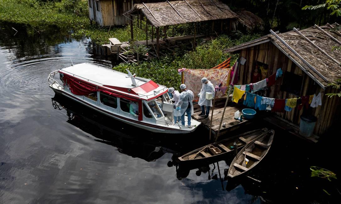 Profissionais de saúde levam testes da Covid-19 para comunidade ribeirinha em Melgaço (PA), no sudoeste da Ilha de Marajó, em maio; tendência de interiorização foi confirmada em quarta fase da pesquisa EpiCovid-19 BR Foto: TARSO SARRAF / AFP