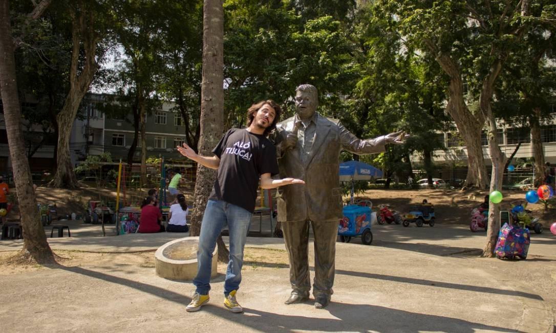 O humorista Gui Albuquerque faz graça ao lado da estátua de Tim Maia, na Praça Afonso Pena, na Tijuca Foto: Divulgação/Luana Almeida