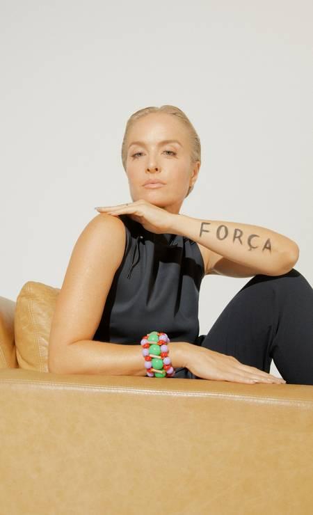 Angélica usa blusa e calça, ambos V7 na Dona Coisa, e bracelete Claudia Savelli Foto: Pedro Bucher