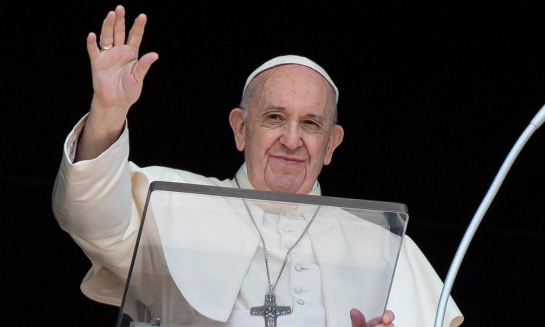 Papa Francisco cumprimenta as pessoas da janela da Praça de São Pedro Foto: Vatican Media / via Reuters