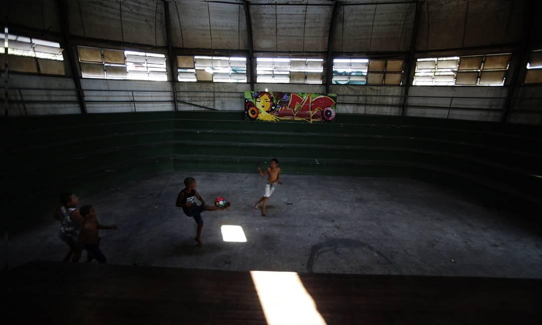 No breu, a Lona Cultural Sandra de Sá, em Santa Cruz, está abandonada desde 2018. Local se tornou playground improvisado de crianças que moram no entorno Foto: ANTONIO SCORZA / Agência O Globo
