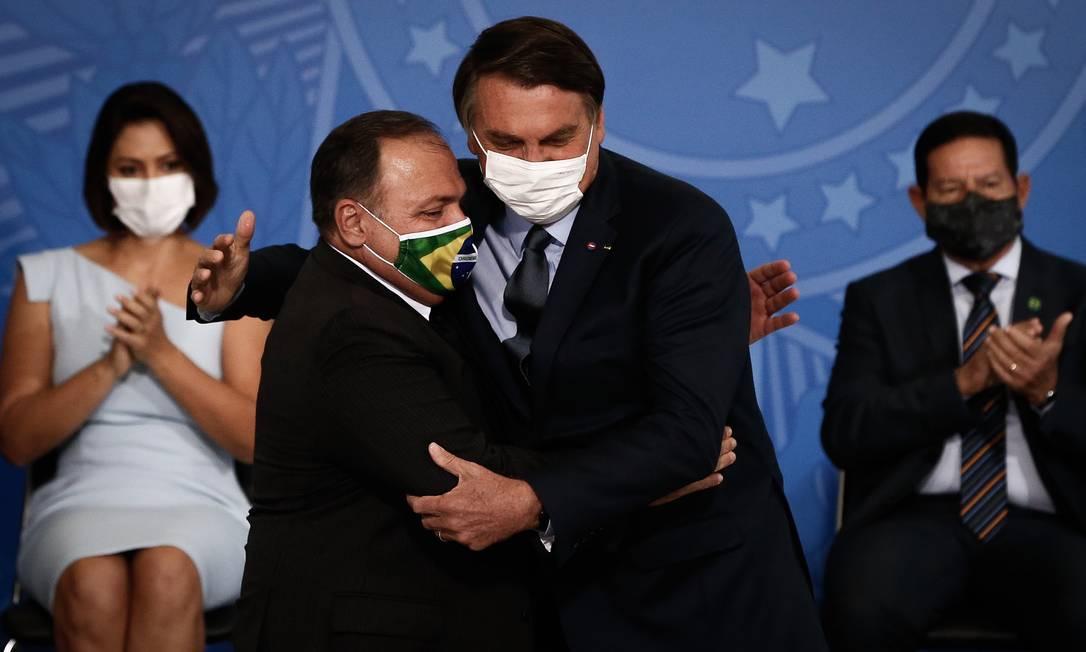 O general Eduardo Pazuello abraça o presidente Jair Bolsonaro durante cerimônia de posse, nesta quarta. Pazuello ocupava interinamente o Ministério da Saúde há quatro meses Foto: Pablo Jacob / Agência O Globo