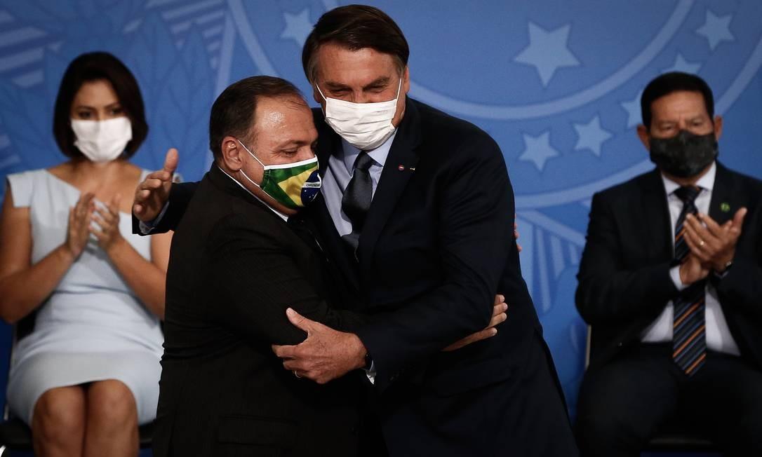 Em cerimônia de posse, Pazuello abraça Bolsonaro Foto: Pablo Jacob / Agência O Globo