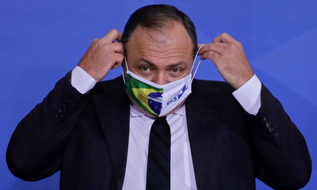 O general do Exército Eduardo Pazuello coloca uma máscara durante sua cerimônia de posse como Ministro da Saúde no Palácio do Planalto Foto: SERGIO LIMA / AFP