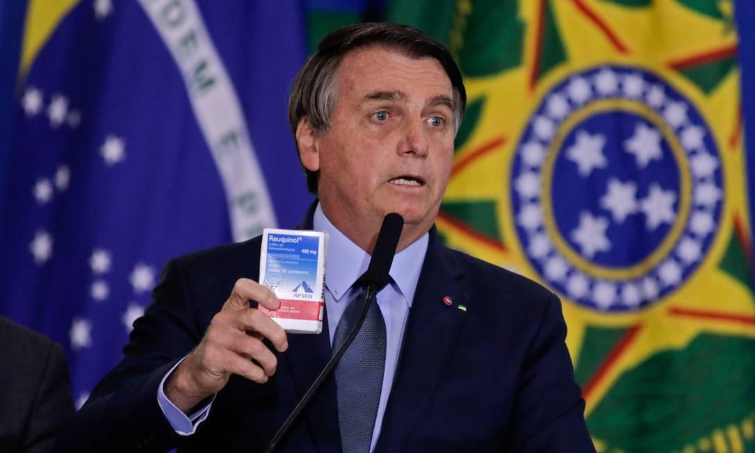 Durante cerimônia de posse de Pazuello, o presidente Jair Bolsonaro voltou a defender o uso dahidroxicloroquina, segurando uma caixa do medicamento Foto: SERGIO LIMA / AFP