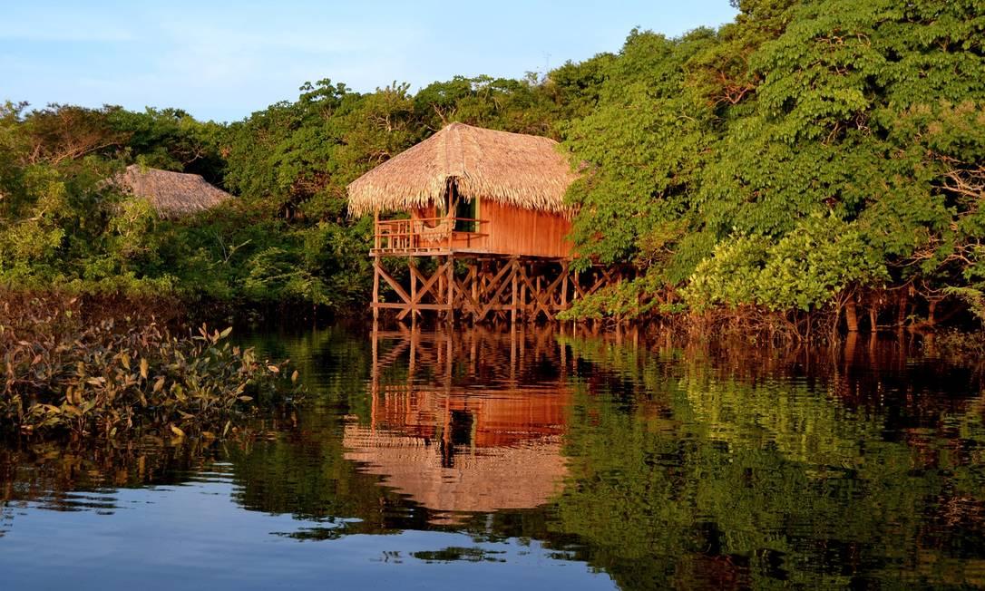 Bangalô na margem do rio no Juma Lodge, hotel de selva a 100km de Manaus Foto: Divulgação