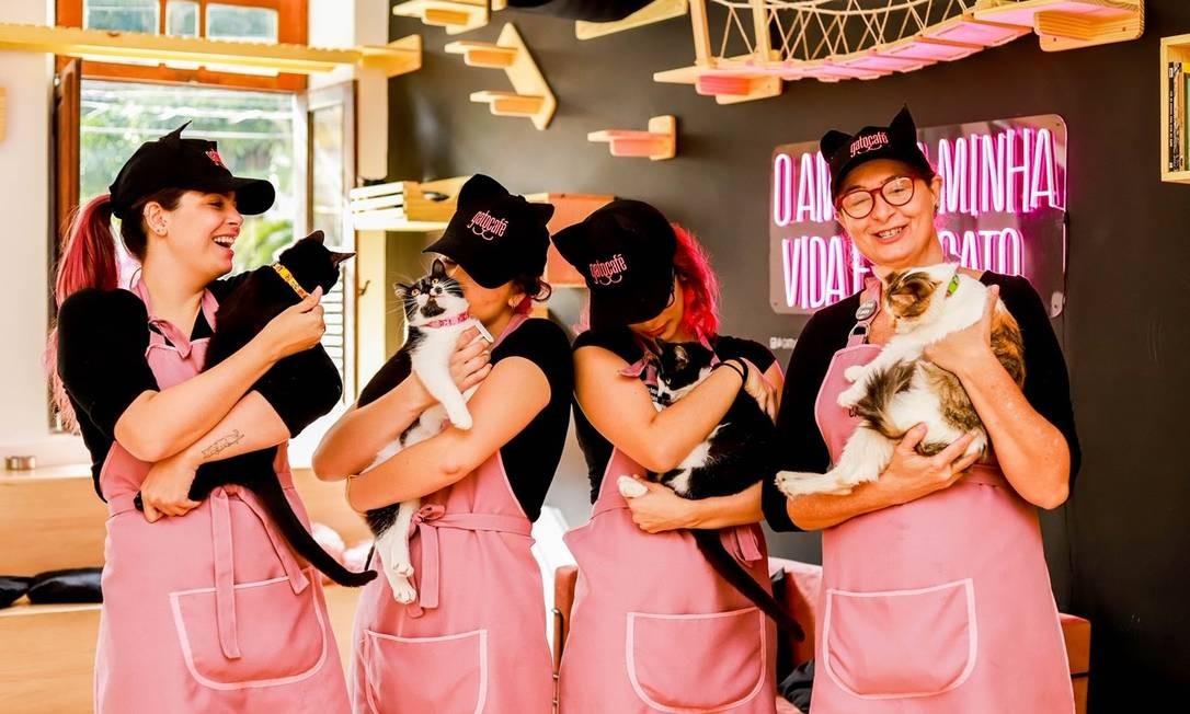 Giovanna(à esquerda) e as funcionárias do Gato Café Foto: Divulgação