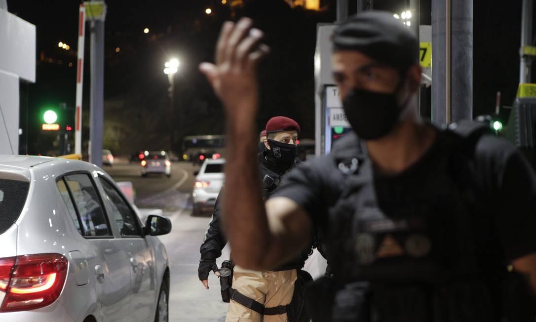 Com cancelas levantadas, motoristas passaram buzinando pelo pedágio da Linha Amarela Foto: Alexandre Cassiano / Agência O Globo