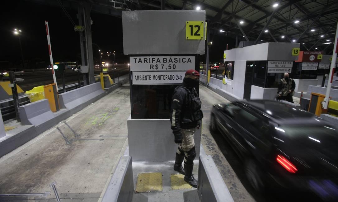 Equipes da Guarda Municipal foram posicionadas e, às 19h08, as cancelas foram levantadas Foto: Alexandre Cassiano / Agência O Globo