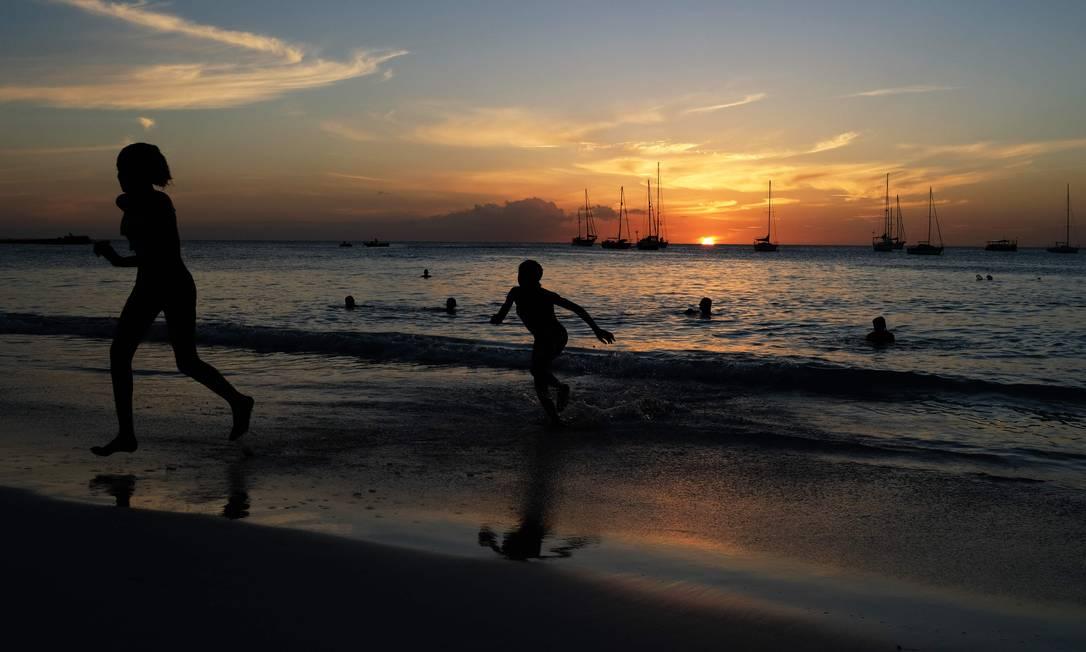 Praia em Bridgetown, na ilha de Barbados, no Caribe Foto: JEWEL SAMAD / AFP