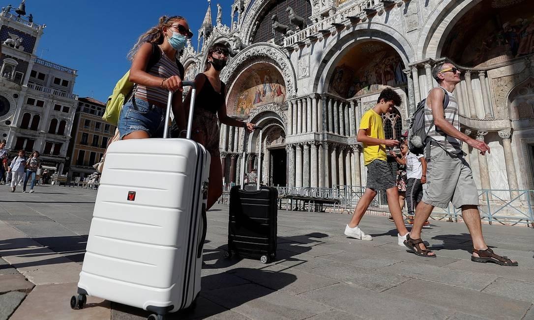 Turistas caminham pela Praça de São Marcos, em Veneza Foto: Guglielmo Mangiapane / Reuters