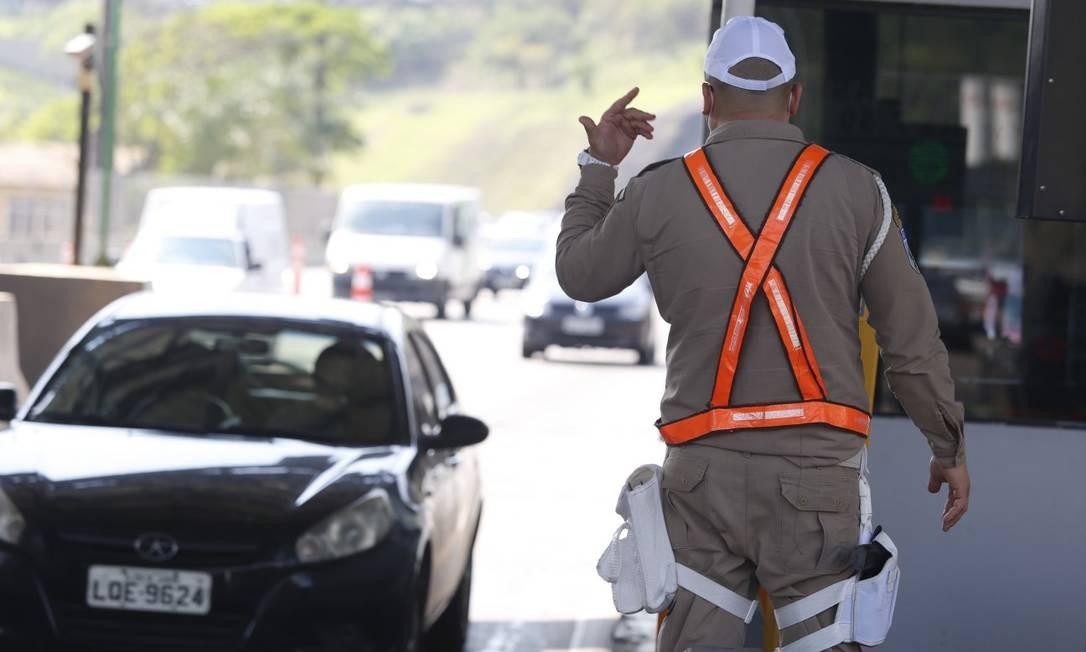 Acesso ao pedágio da Linha Amarela liberado instantes depois da prefeitura do Rio assumir a via Foto: Fabiano Rocha / Agência O Globo