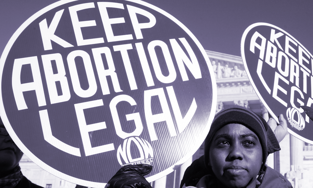 'Mantenha o aborto legal', diz cartaz de manifestante em protesto em frente à Suprema Corte dos EUA Foto: AFP