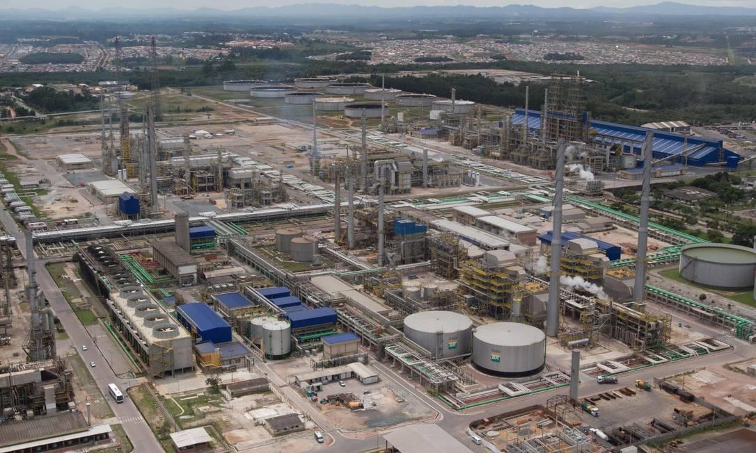 Localizada no município de Araucária, no Paraná, a Repar é responsável por aproximadamente 12% da produção nacional de derivados de petróleo, ente eles diesel, gasolina, GLP, coque, asfalto, e propeno Foto: Silvio Aurichio / Agência O Globo