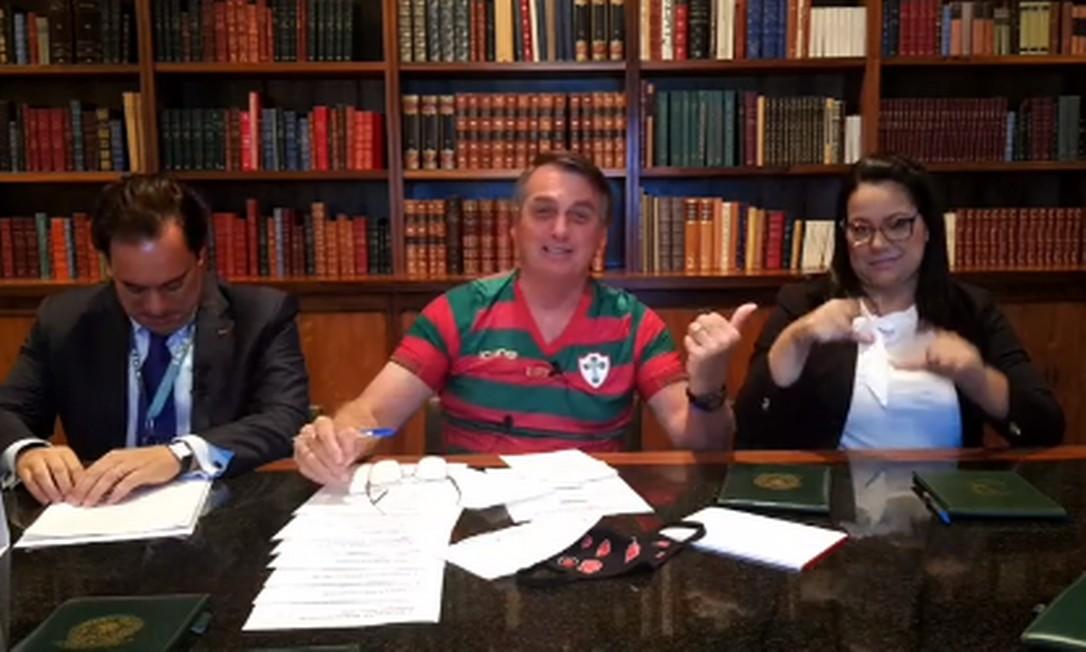 O presidente Jair Bolsonaro em transmissão ao vivo na internet Foto: Reprodução/Facebook