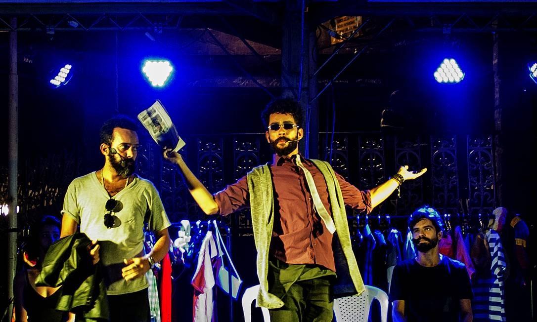 Grupo teatral Os Inclusos e os Sisos em espetáculo presencial que será adaptado em versão on-line Foto: Divulgação